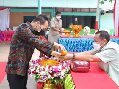 ดร.มโน ชุนดี ผอ.สพป.ลพบุรี เขต 2 ร่วมงานมุทิตาคารวะ ผอ.บุศรินทร์ หอมกลิ่นยา ผอ.โรงเรียนนิคมลำนารายณ์ ในโอกาสที่เกษียณอายุราชการ ในปี 2564
